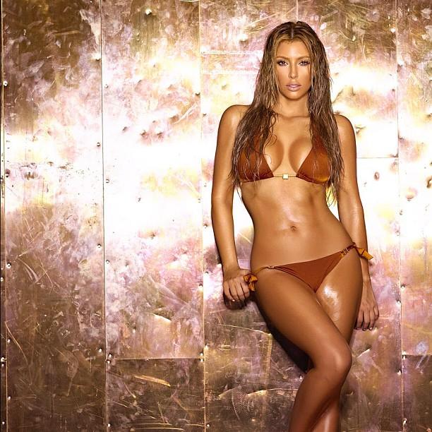 kim kardashian shows off her sexy bikini body off luke