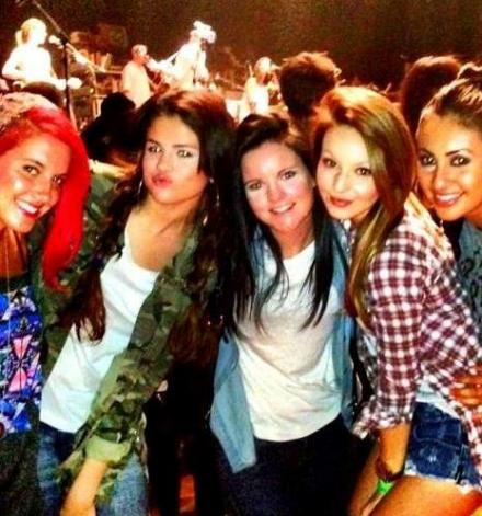 Selena Gomez Goes With Friends To See Jason Mraz!