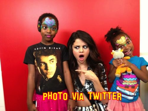 selena gomex justin bieber t shirt shock photo lukewilliamsgosisp.wordpress.com