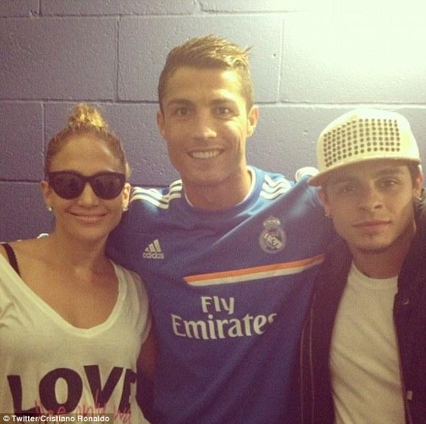 Jennifer Lopez Poses With Cristiano Ronaldo!