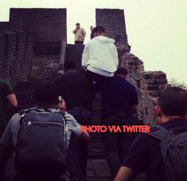 Justin Bieber Get's His Bodyguard To Carry Him Up The Great Wall Of China!
